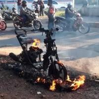 detik-detik-sepeda-motor-terbakar-saat-dikendarai-bikin-penasaran-apa-penyebabnya
