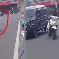 parah-emak-emak-parkir-motor-tengah-jalan-bikin-netizen-geregetan