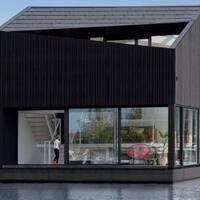 i29-merancang-rumah-hitam-terapung-di-schoonschip-village-amsterdam
