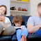 bahaya-jangan-pernah-gunakan-gadget-saat-sedang-berinteraksi-dengan-anakmu-gansis