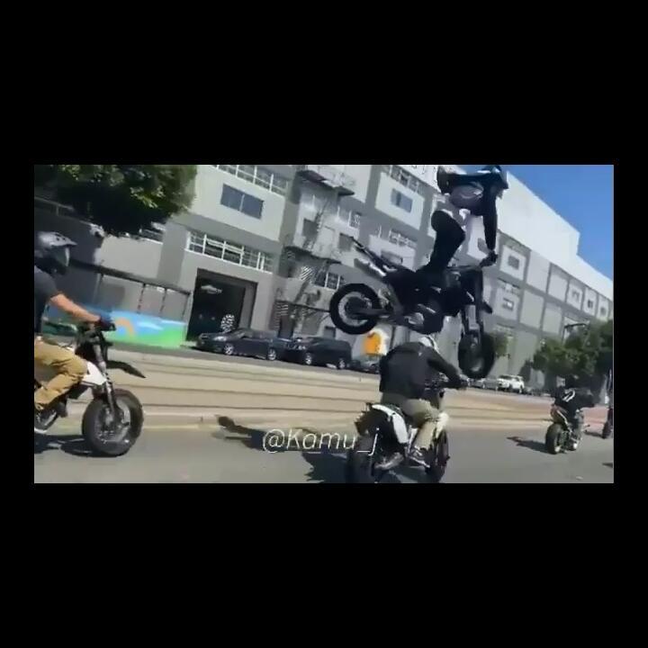 Standing Motor di Jalanan, Pemotor Ini Terpental dan Melayang ke Udara!