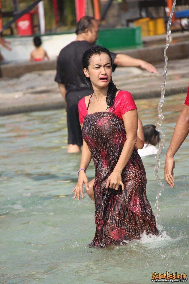 Julia Perez Tampil Sopan di Kolam Renang