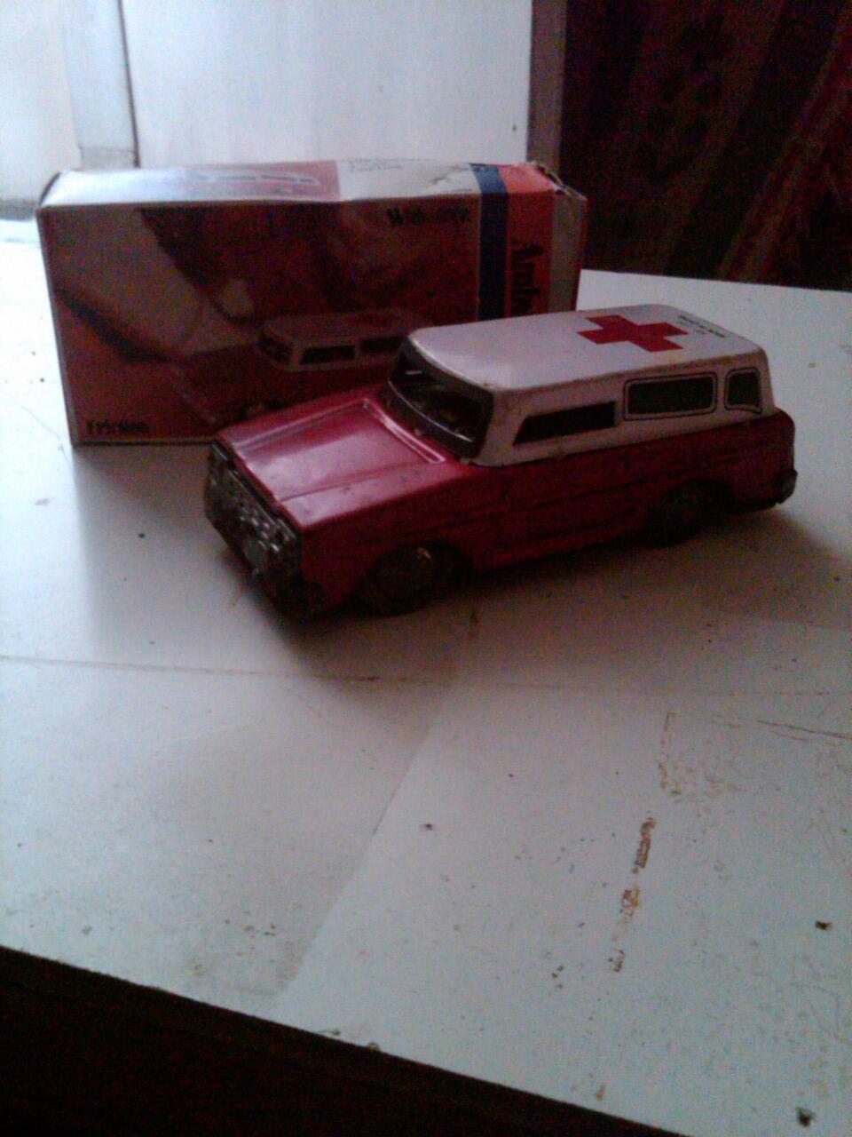 Tin Toys jadul ambulance