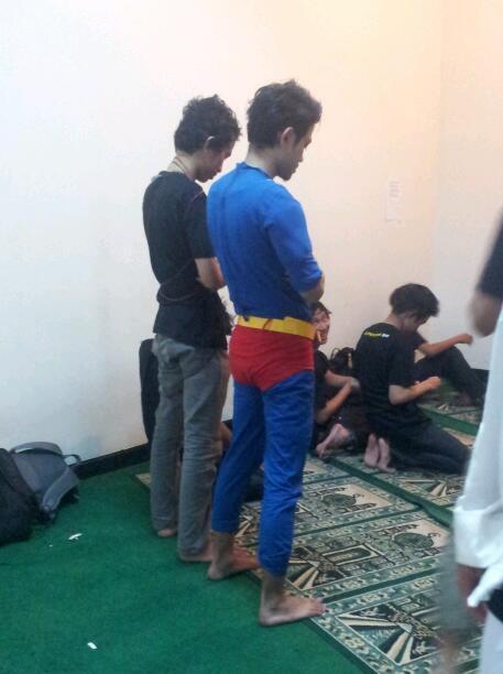 [Kocak gan] Superman Sholat di Kampus Ane