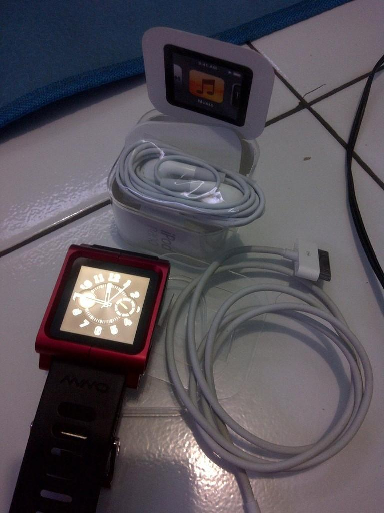 Ipod Nano 6th gen 8gb + Lunatik wristband