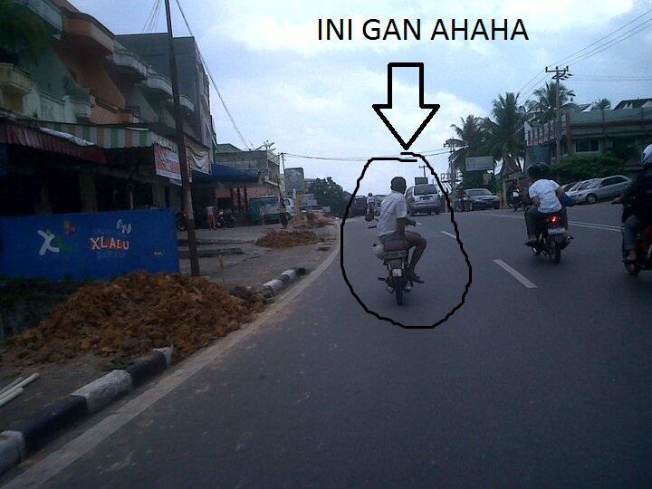 cara membawa motor yang aneh di lalu lintas
