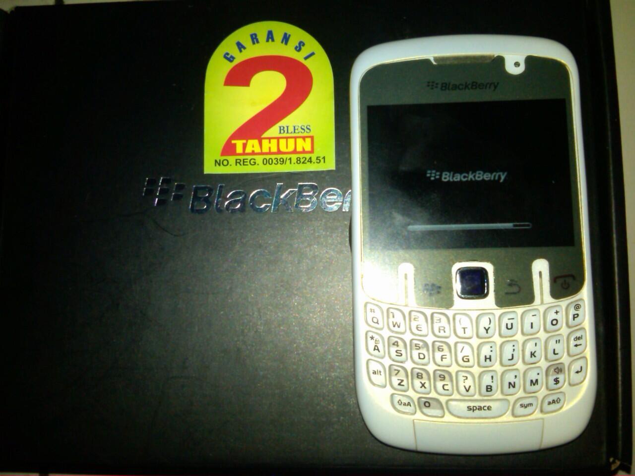 blackberry bb gemini 8520 white ,mulus dan maknyuss garansi masih panjang bangettt
