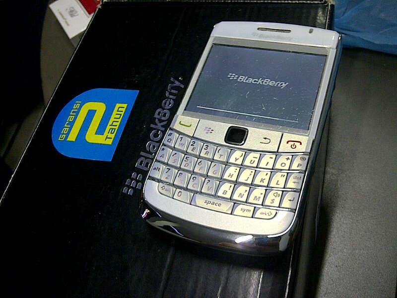 . blackberry ONYX 1 9700 - WHITE/PUTIH FULLSET EX CTN MULUSS CAKEP GAN.. HAJAR