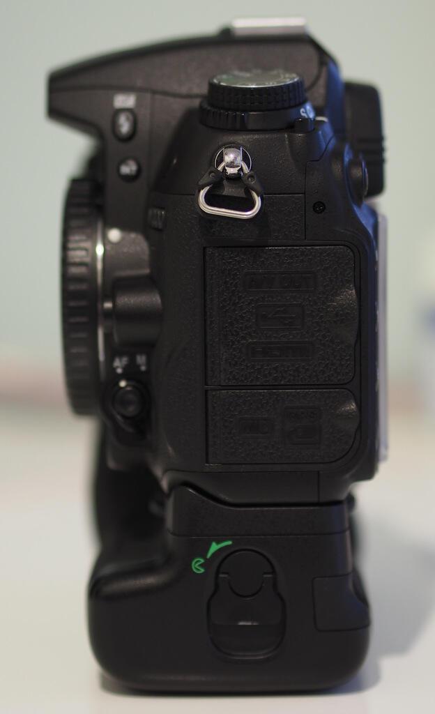 Nikon D7000 Body Only + Battery Grip + extra battery original