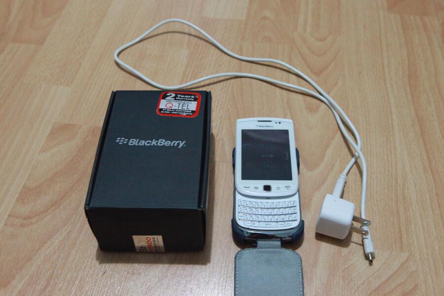 BB Torch 2 9810 white garansi panjang mulus banget ada bonus