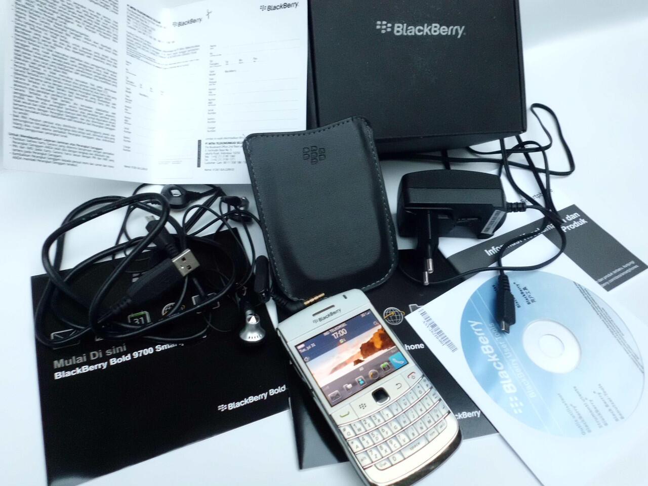 blackberry bold 9700 / onyx 1 white mulus