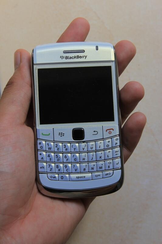 Blackberry Onix 9700 putih... muluss.. lengkap...