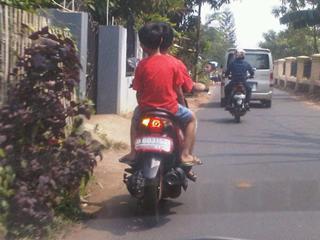 jujur ane emosi liat bocah yg bawa motor!!!