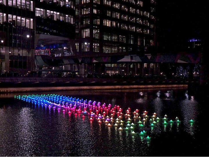 KEREN : Perahu Kertas Dengan Lampu Penuh Warna Sepanjang Sungai di Lon