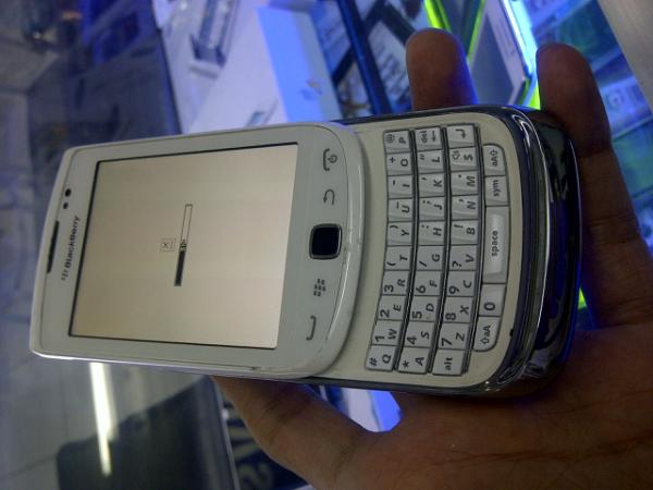 Handphone Blackberry 9810 atau Torch 2 white TAM Jogja