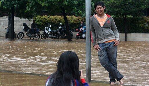 Ada Warga Nonton Banjir Jakarta Sambil Narsis