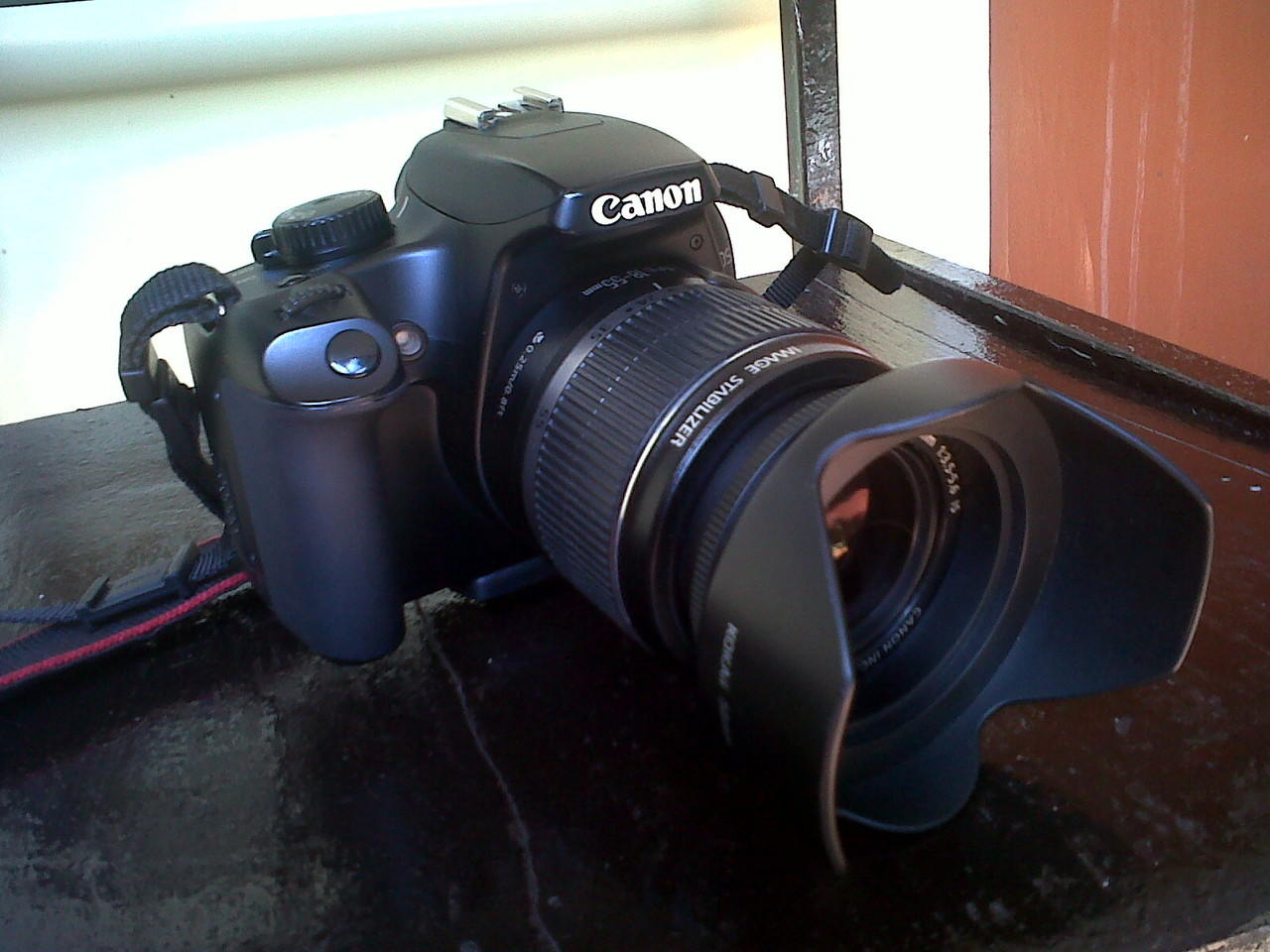Canon 1000d EF-S 18-55 kit + hood + bag