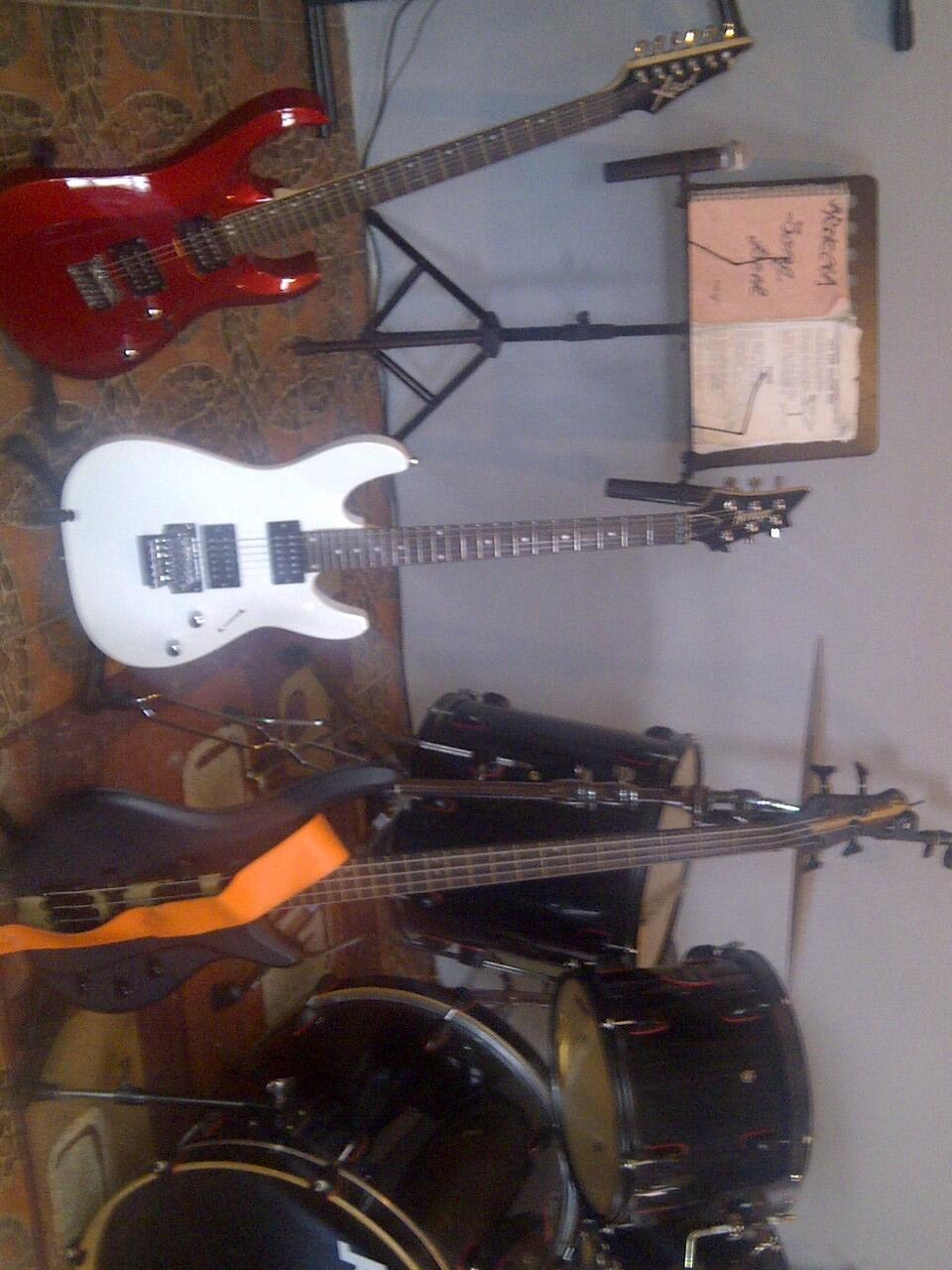 JUAL SATU SET/SATUAN ALAT MUSIK GUITAR ,BASS,DRUM ,KEYBOARD,SOUND SYSTEM