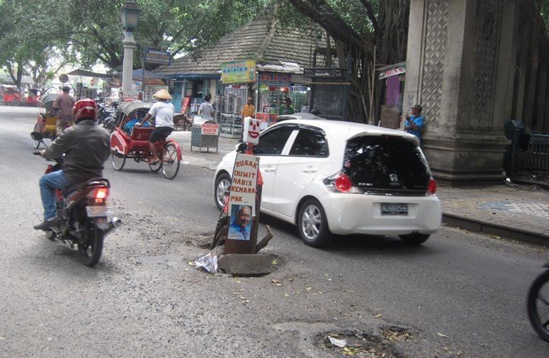 [Kena Deh] Sindir Jalan Rusak, Warga Pasang Poster Soeharto