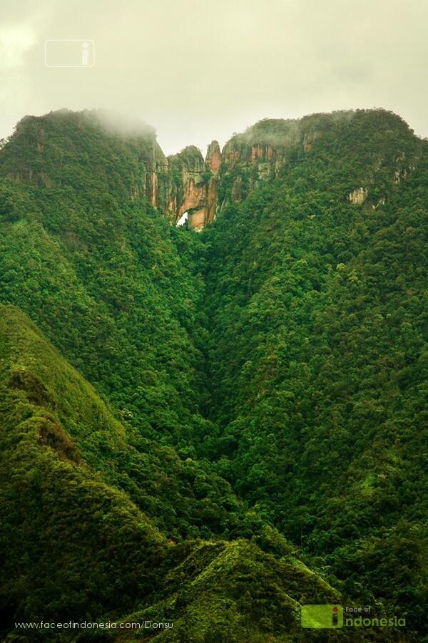 Menhir dan Bukik Posuak ( Bukit Bolong) Nagari Maek, Sumatera Barat