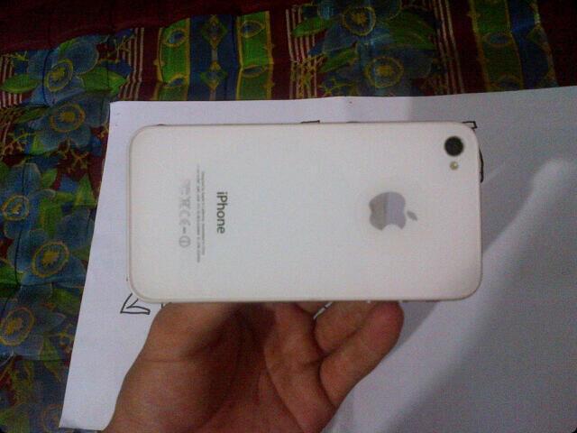 "iphone 4s white 16gb ex SES mlus 99% bisa tt barter bb,android,iphone,ipad2 gtab 10"""