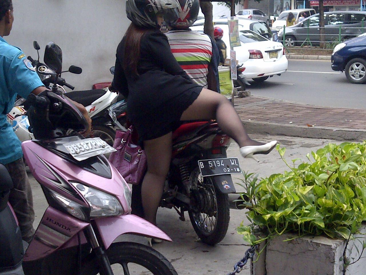 Pick Agak Bb Buat Wanita Hati2 Kalau Pakai Rok Mini Saat Naik