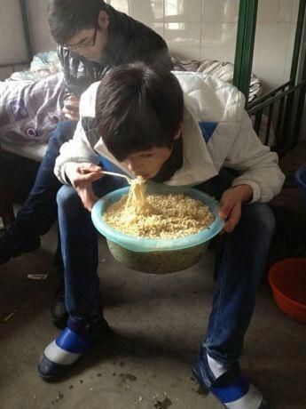 """Kira"""" agan kuat gak makan mie instan sebanyak orang ini?? [pict]"""