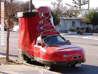 Mobil dengan bentuk sepatu yang unik