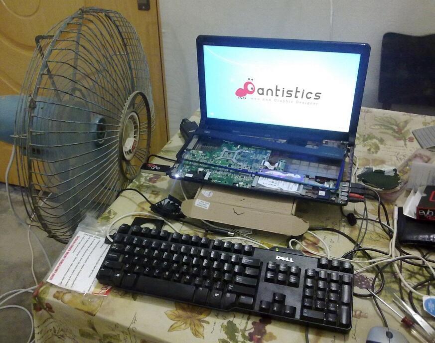HOT. . .! ! ! laptop setengah telanjang