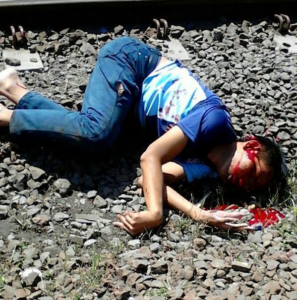 Korban kecelakaan motor yang ditabrak kereta di Laswi,Bandung siang ini.
