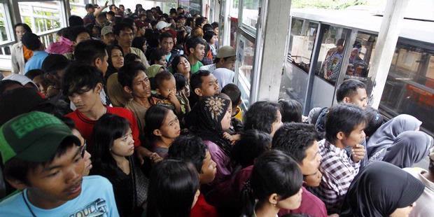 [Pelecehan Sexual] Hati2 buat cewe yang suka naik Trans Jakarta , Ane liat sendiri !!