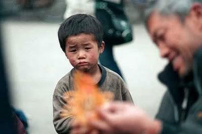 Reaksi Wajah Anak Kecil ketika melihat sesuatu yg tak mampu ia beli...:(