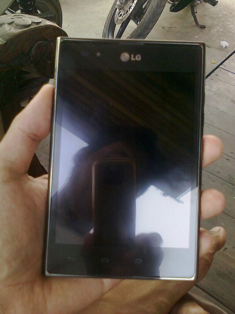 LG Optimus Vu P895 Hitam, Mulus, Garansi sampai MEI 2014