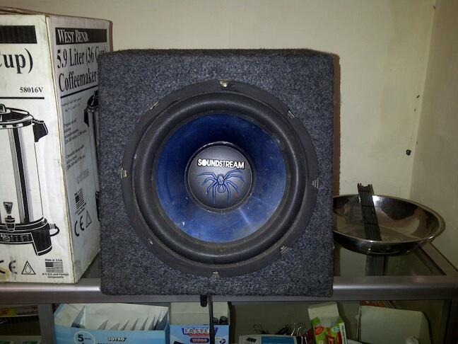 "subwoofer soundstream 12"" lengkap box sealed... murah aj dech 450rb..."