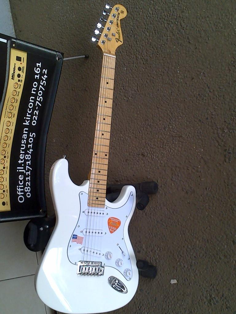FENDER STRATOCASTER WHITE REPLIKA CHINA Crafted