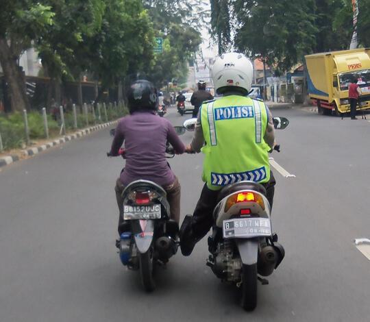 10 Aksi Polisi Tolong Pengguna Jalan