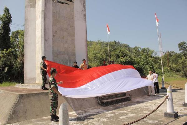 Pengibaran Bendera Merah Putih yang Unik di Berbagai Daerah