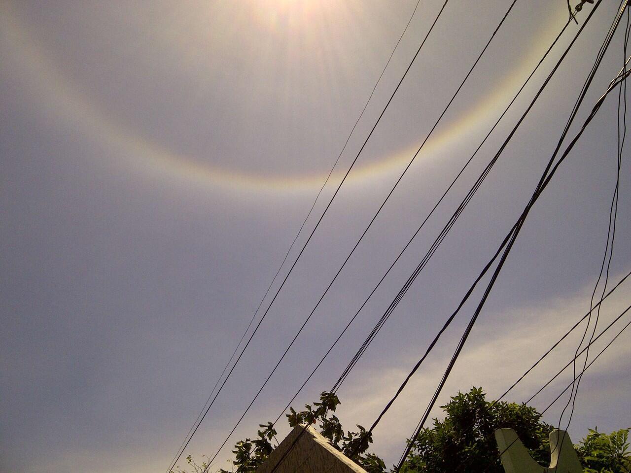 [WOW] Matahari Dikelilingi Pelangi, Fenomena Halo