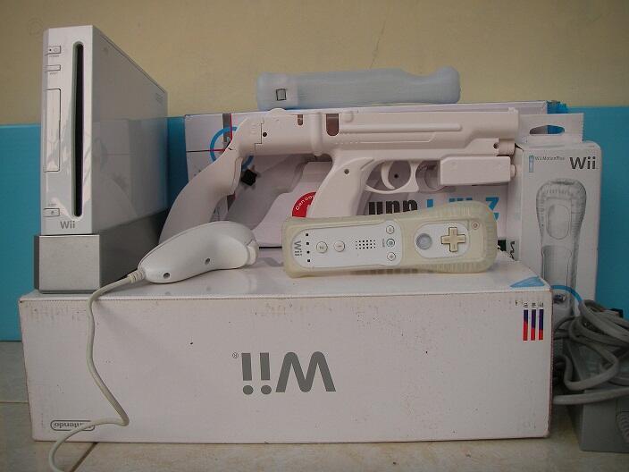Nintendo Wii bonus gun and wiimote plus