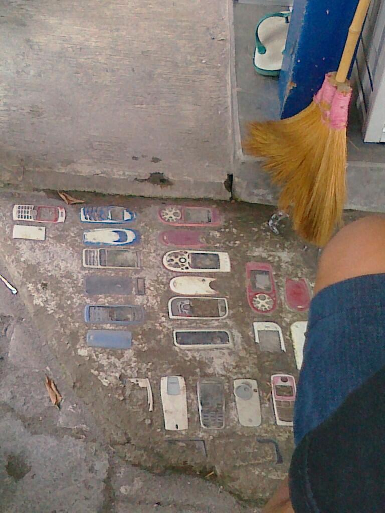 Lantai ini terbuat dr PONSEL/HP.. >> LUAR BIASA kaya nih orang??
