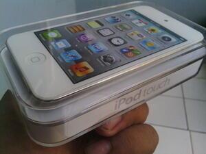 Ipod Tuch 8 GB (bantu temen untuk jualin)
