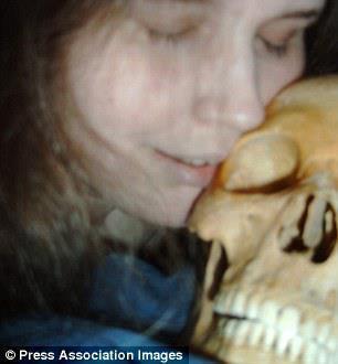 Aktivitas seks dengan mayat atau tulang-belulang