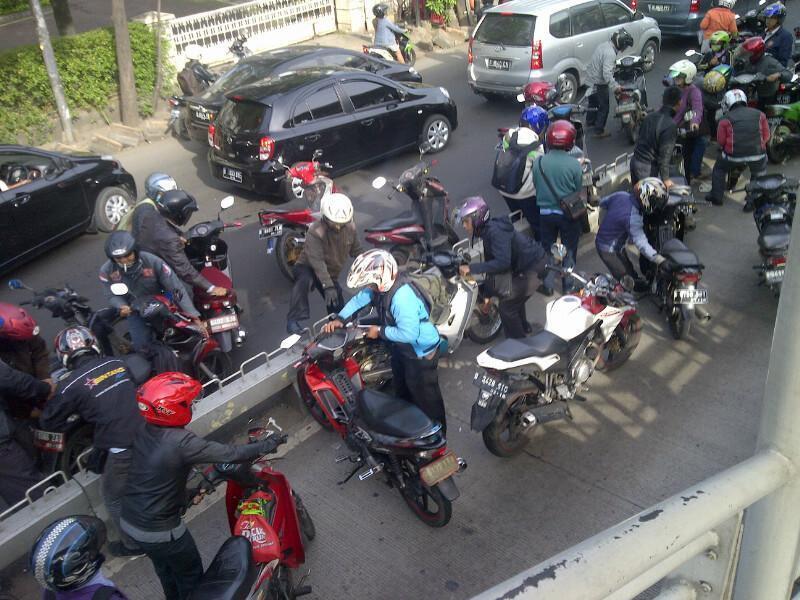 Panik Ada Polisi, Pemotor Angkat Motor Lewati Separator Busway di Mampang