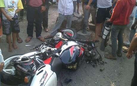 [pic]CBR 1.000 cc Tabrak Suzuki Smash, Dua Orang Tewas