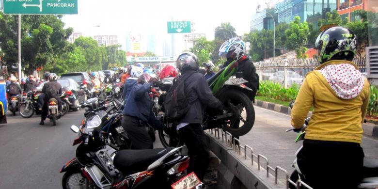 Ahok Komentari Pemotor Gotong Royong Angkat Motor Lewati Separator Busway