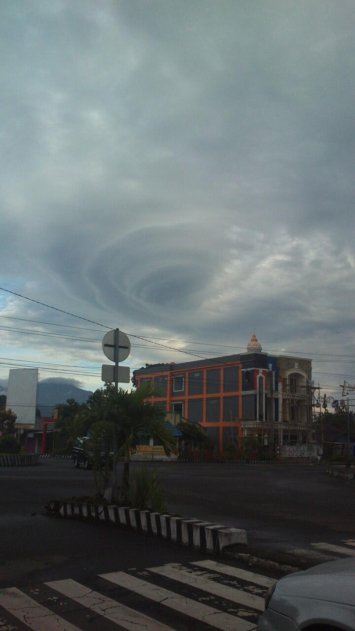 Subhanallah... penampakan awan mirip ombak di deket rumah ane (no hoax)