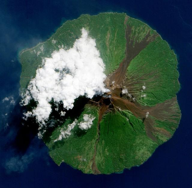15 Foto Letusan Gunung Berapi yang Diambil dari Ruang Angkasa