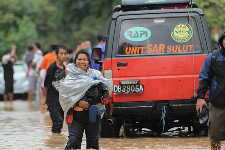 Malapetaka Banjir Manado - Warga Kota Tetap Tak Lupa Senyum & Tawa [PLENTY OF PICS]