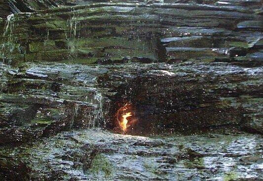 Misteri Api Abadi di Air terjun New York