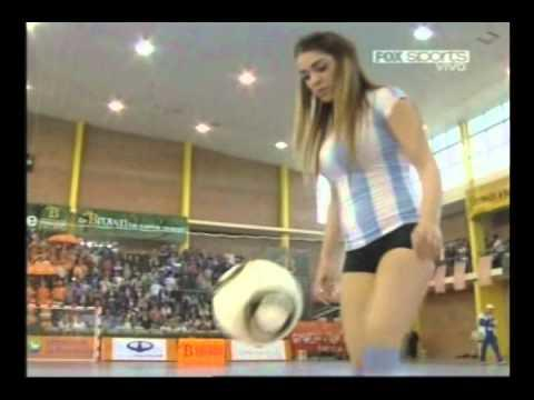 "Video : Model Hot Argentina Ini Pamer Skill Mengolah ""Bola"""